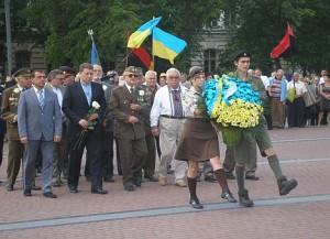 У День Героїв Львовом та Івано-Франківськом пройшли колони з ветеранами ОУН-УПА на чолі
