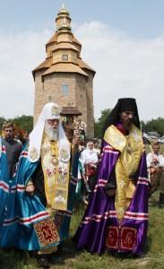 У Холодному Яру Святійший Патріарх Філарет освятив хрести храму на честь святого праведного Петра Калнишевського