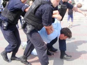 """У Черкасах міліція застосувала грубу силу, розганяючи мітингуючих проти мовного """"закону"""""""
