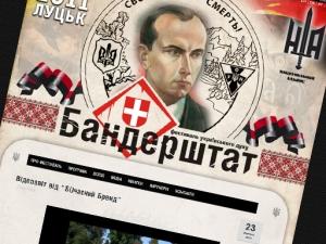 """Провокатори з літака закидали учасників фестивалю """"Бандерштат"""" листівками з портретом Гітлера"""