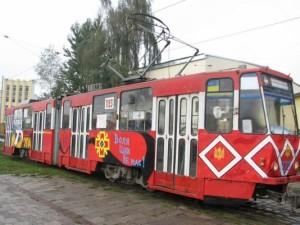 """Львовом курсує музичний трамвай, з емблемами УПА і написом """"Воля ціни не має!"""""""