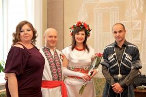 """""""Містичного"""" 12.12.12 наречені на весільний рушник у Черкасах стали у вишиванках, а """"свідок"""" – у грузинському національному вбранні"""