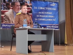 Регіонал-нардеп явився на прес-коференцію у Севастополі у штанях і картузі енкаведиста