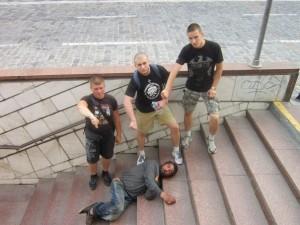"""Учасників """"імперської"""" акції """"Русская дорога"""" зупинили під Києвом, побивши авто і відібравши бюст царя"""