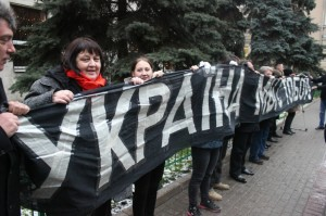 "У центрі Москви поліцаї затримали росіян, які розгорнули транспорант ""Україна, мы с тобой!"""