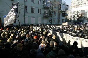 У вуличних боях в Києві гинуть люди