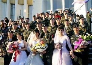 Водночас три українські морські піхотинці стали в Києві на рушник з дівчатами із Феодосії