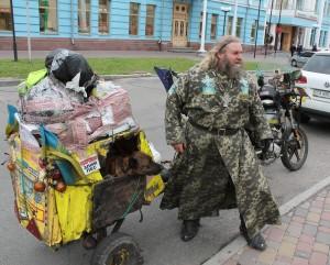 Священик-байкер з Чернівців разом з псом Мухтаром їде мотоциклом через через всю Україну шукати Щастя. Луганське Щастя – щоб від нього прогнали ворогів України…