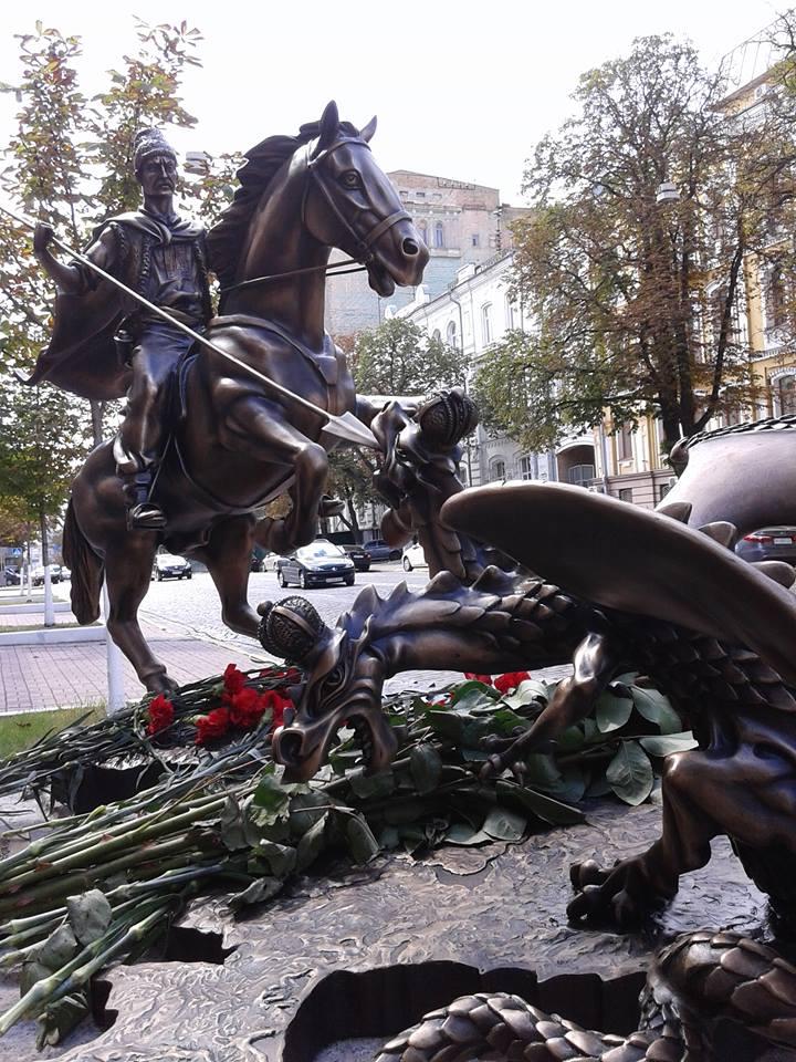 Біля СБУ в Києві відкрили скульптурну композицію: козак, який вбиває двоголового змія в імперських коронах…