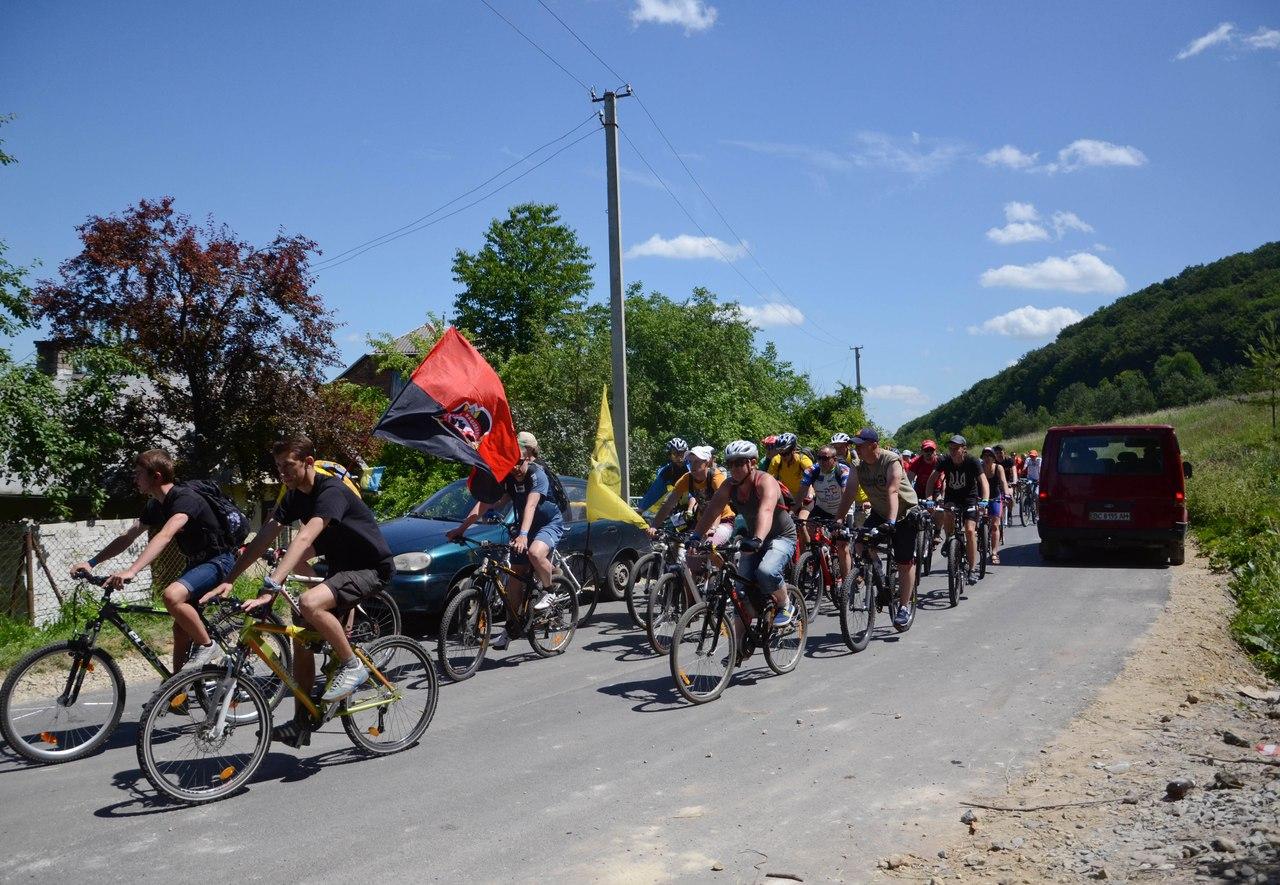 У велопробігу на честь 125-річчя першого очільника ОУН Коновальця взяли участь сотні молодих людей