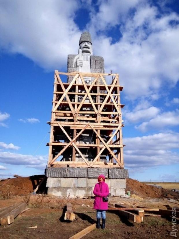 На Одещині встановили найбільший на планеті пам'ятник з граніту – вагою більше тисячі тонн