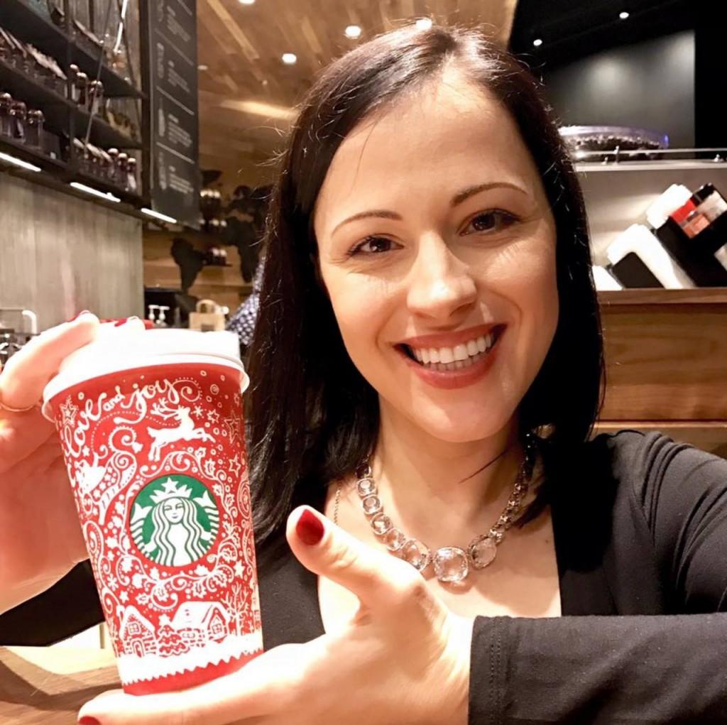 Новорічні чашки всесвітнього бренду Starbucks для 75 країн прикрасив орнамент, розроблений українкою у стилі Петриківського розпису