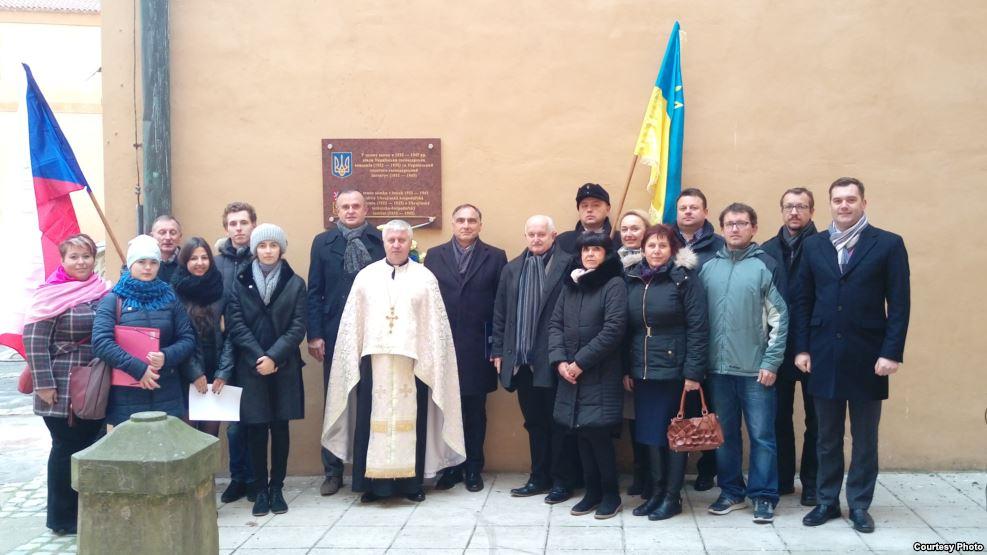 У чеських Подєбрадах відкрили пам'ятну дошку на замку, де діяли українські академія та інститут