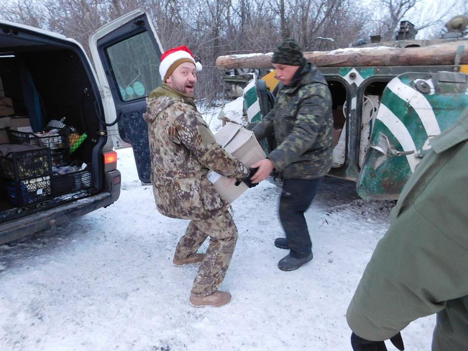 """Черкаські волонтери, які щойно повернулися з """"передка"""", знову збираються їхати до бійців – підтримати в свята"""