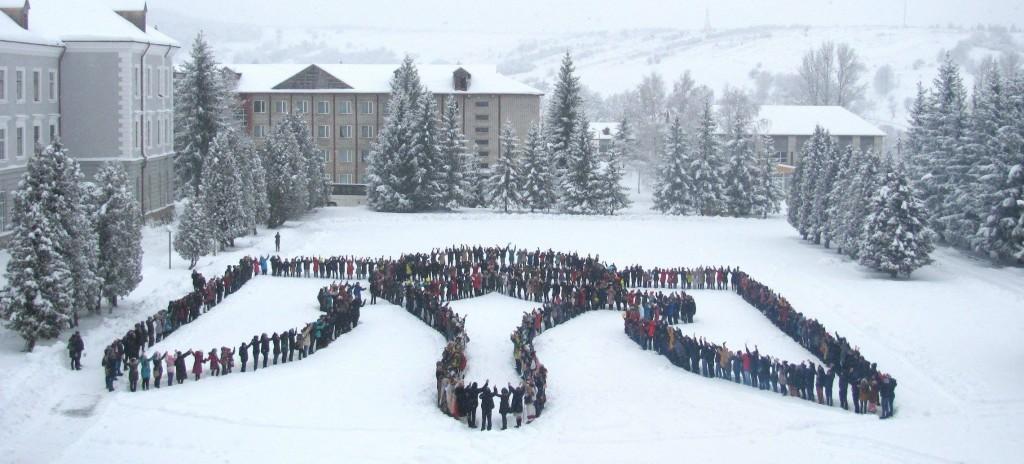 Учні з Львівщини, Донеччини і Луганщини вишикувалися у найбільший в світі живий тризуб