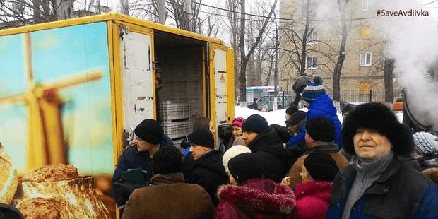 """В Авдіївці роздають """"гуманітарку"""", привезену з Черкащини"""