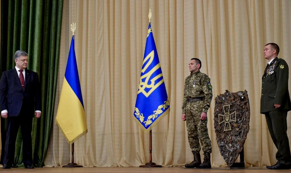 Військові вручили Президенту величезний щит, зроблений з осколків снарядів, які російські окупанти і їх наймити випустили по українцях…