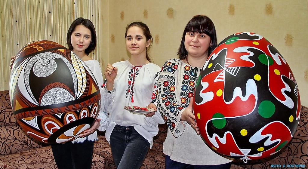 """З Черкас у Київ везуть дві писанки-гіганти, розписані за етнографічними """"канонами"""" та з візерунками з каталога 1889 року…"""