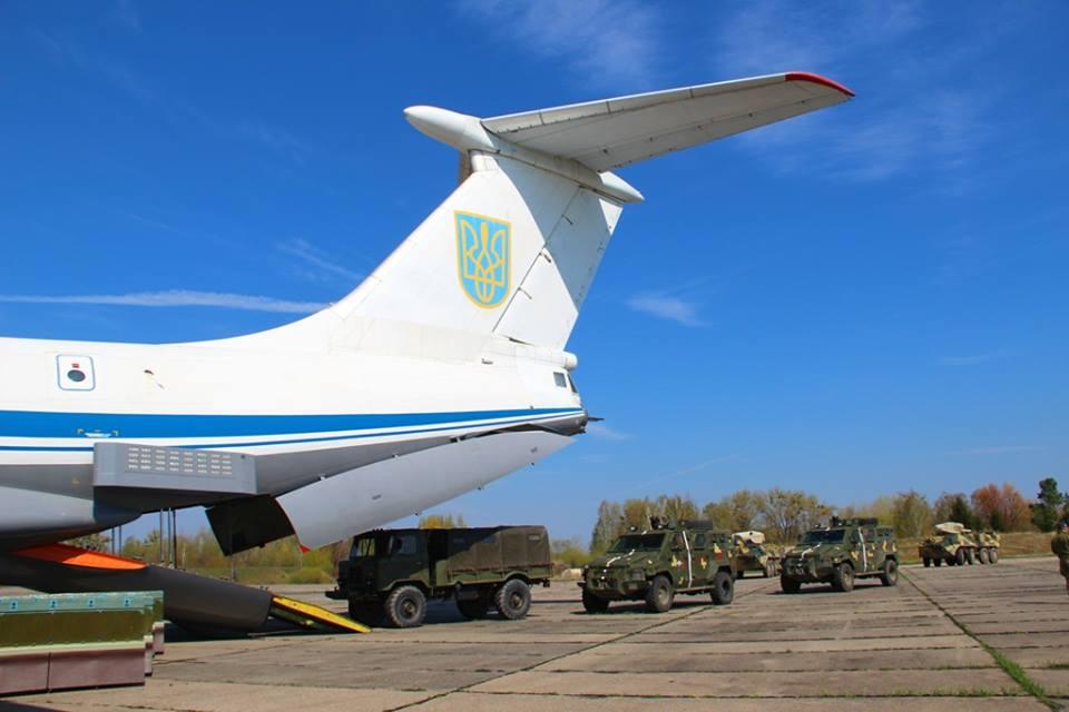 Українські десантники тренувалися перекидати бронетехніку авіацією