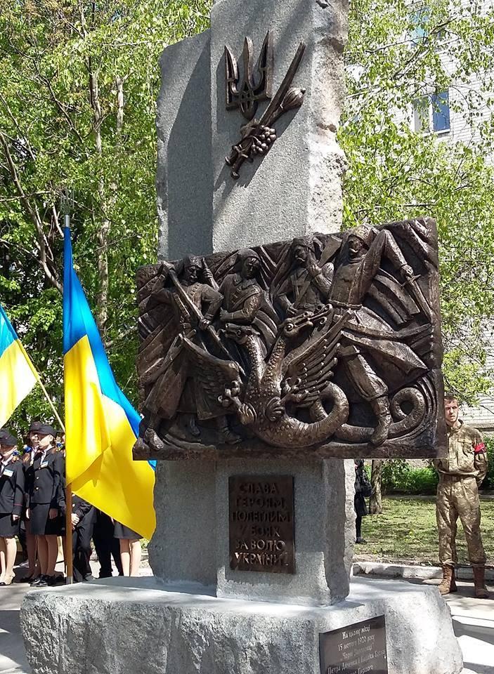 Козаки, що рубають двоголову хижу птицю: у Золотоноші на Черкащині відкрили пам'ятник Чорним запорожцям
