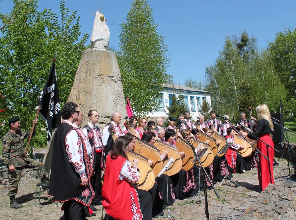 Козацькі Холодноярські вшанування: у Мельниках вперше грала капела бандуристів, а Василь Шкляр примірявся до зброї…
