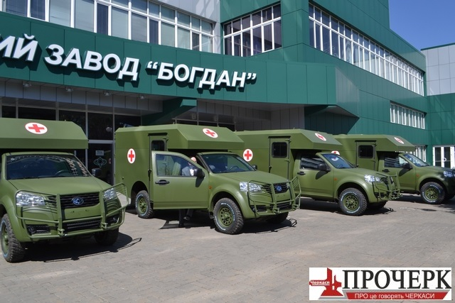 """""""Богдан"""" передав військовим нові санітарні автомобілі"""