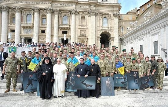 Папа Римський зустрівся у Ватикані з делегацією українських воїнів АТО