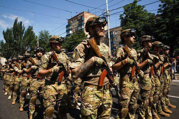 У Маріуполі – військовий парад на честь 3-ї річниці визволення міста від проросійських бандитів