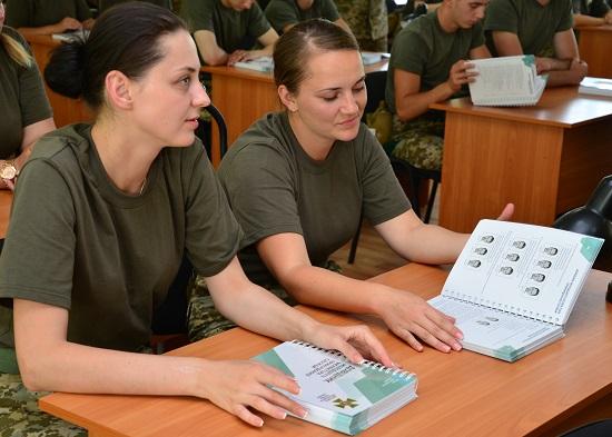 Майбутні прикордонники у Навчальному центрі під Черкасами отримали підручники від представників міжнародних організацій
