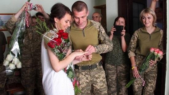 Весілля військових на фронті: він – з Чигирина, вона – зі Львова…
