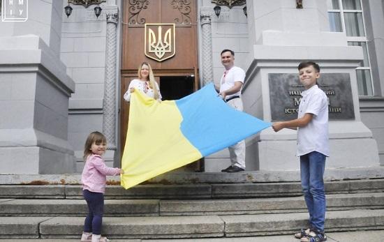 Перед Нацмузеєм історії в Києві замайорять п'ять прапорів, серед яких – козацький прапор Лубенського полку і прапор УНР