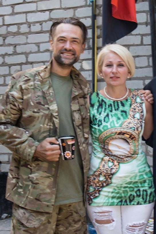 Російський актор, який воює за Україну разом з бійцями Яроша, отримав оберіг від черкащанки – срібний тризуб з мечем