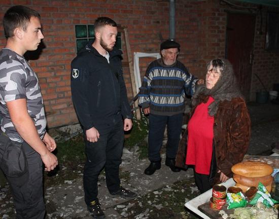 """Черкащани з """"Національного Корпусу"""" допомагали постраждалим від вибухів на військових складах Калинівки (ФОТОРЕПОРТАЖ)"""