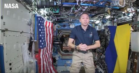 Американський астронавт розгорнув на міжнародній космічній станції величезний прапор України