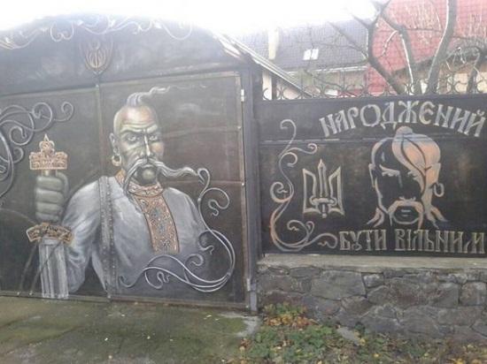 Обійстя коваля у Смілі на Черкащині охороняють мальовані козаки й вовки…