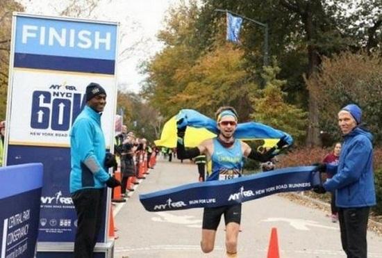 Спортсмен з України переміг на ультрамарафоні у Нью-Йорку, перетнувши фініш із синьо-жовтим прапором у руках