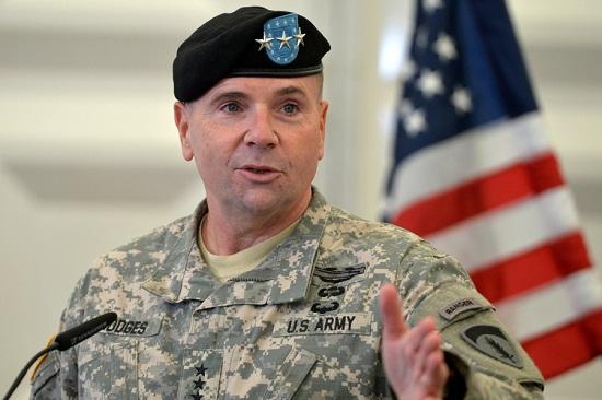 Командувач армії США у Європі пояснив, чому постійно носить синьо-жовту стрічку