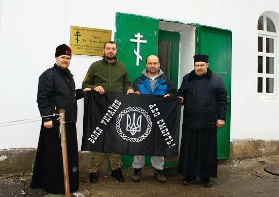 """Білий """"бус"""" з чорним прапором: """"гумконвой"""" з Чигиринщини до Маріуполя прибув під холодноярським знаменом"""