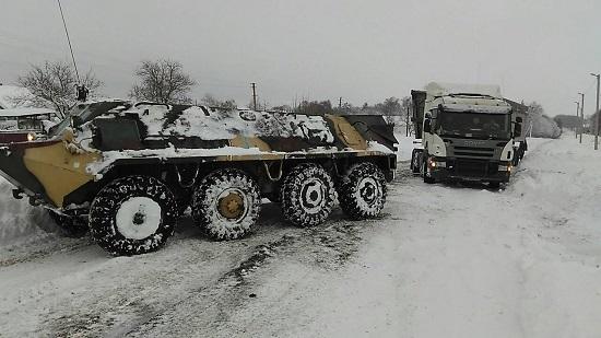 На Черкащині автомобілі зі снігових заметів рятує бронетранспортер з приватного військового музею