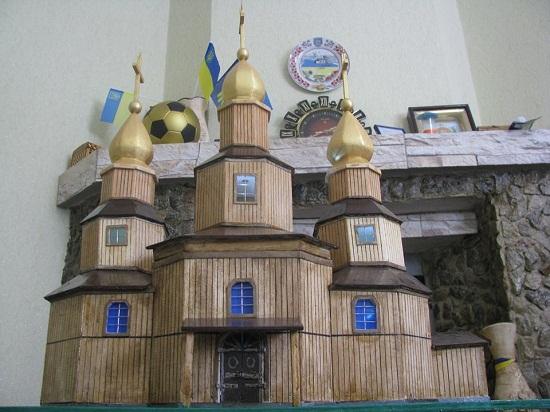Майстер зі Шполи виготовив міні-копію козацької церкви у Холодному Яру
