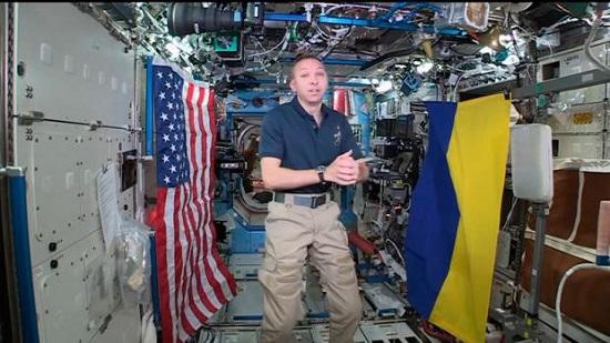 Американський астронавт повернув в Україну синьо-жовтий стяг, що побував у космосі