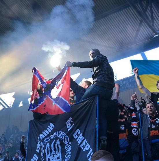 """У Харкові донецькі ультрас спалили прапор фейкової """"Новороссіі"""", розгорнувши його на фоні чорного знамена Холодного Яру"""