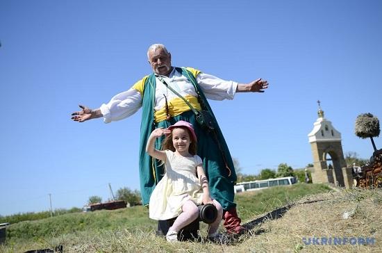 """На фестивалі """"Кам'янська Січ"""" на Херсонщині зібралися тисячі туристів з усієї України"""