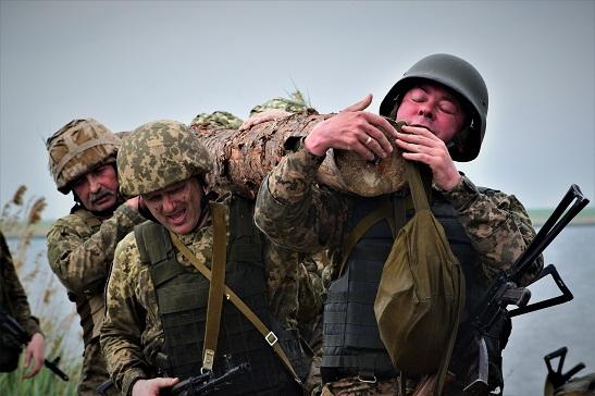 """Коли генерал – """"правильний"""": Командувач Морської піходи разом зі штабними офіцерами долав смугу перешкод поруч з бійцями-новачками"""