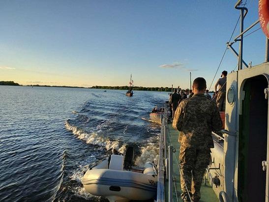 """У """"звичайному"""" дитячому таборі під Черкасами інструктори – офіцери морської піхоти ЗСУ, а гості – реконструктори-мореплавці з Литви"""