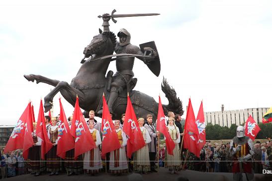 Біля середньовічного замку в литовському Каунасі встановили пам'ятник Витязю свободи, зроблений українськими скульпторами
