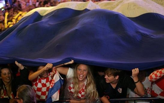 """У мережі набуває популярності відео, де хорватські вболівальники скандують у Москві: """"Слава Україні!"""""""