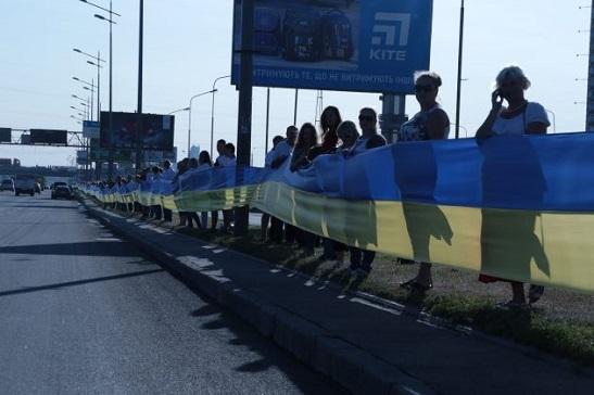 700 киян розгорнули синьо-жовтий прапор довжиною у майже три кілометри