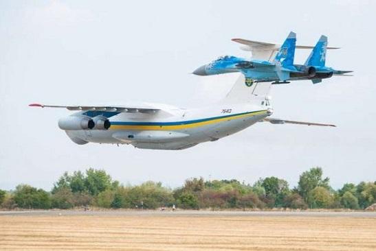 На Міжнародному авіашоу в Чехії трійка військових літаків з України вразила глядачів демонстрацією вищого пілотажу