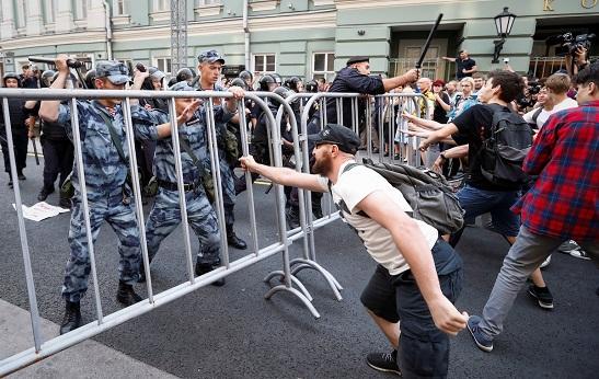 """В России шатнули """"трон"""" под Путиным. Путин ответил избиениями протестующих и массовыми арестами"""